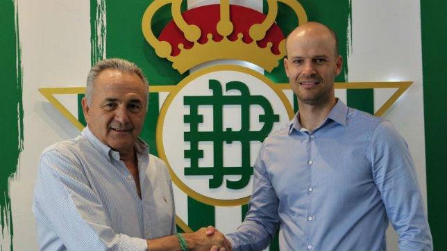 Rafael Gordillo saluda a Gabriel Calderón Pellegrino (Foto: Real Betis)