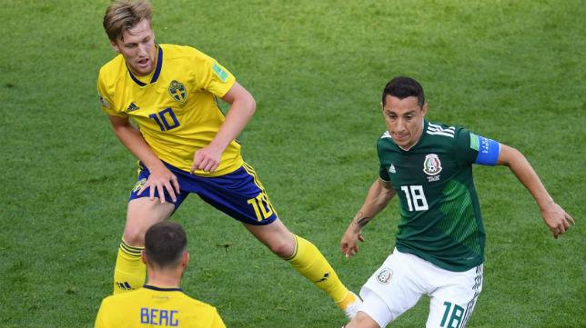 Andrés Guardado rodeado de jugadores de Suecia en el partido del Mundial de Rusia