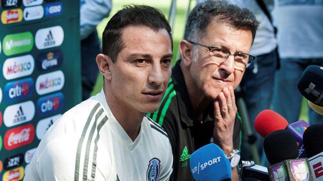 Andrés Guardado, junto al seleccionador de México (Foto: EFE).
