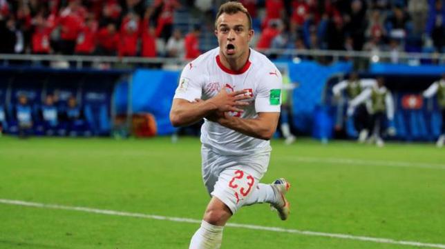 Shaquiri celebra el 2-1 de Suiza ante Serbia con el gesto del águila albanesa