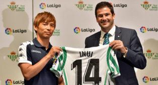 Inui, posando con la camiseta del Betis durante su presentación junto a Ramón Alarcón (foto: AFP / Kazuhiro Nogi)