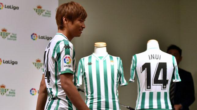 Inui, posando con la camiseta del Betis durante su presentación (foto: AFP / Kazuhiro Nogi)