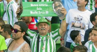 Aficiopnados del Betis durante la presentación de William Carvalho (foto: Juan José Úbeda)