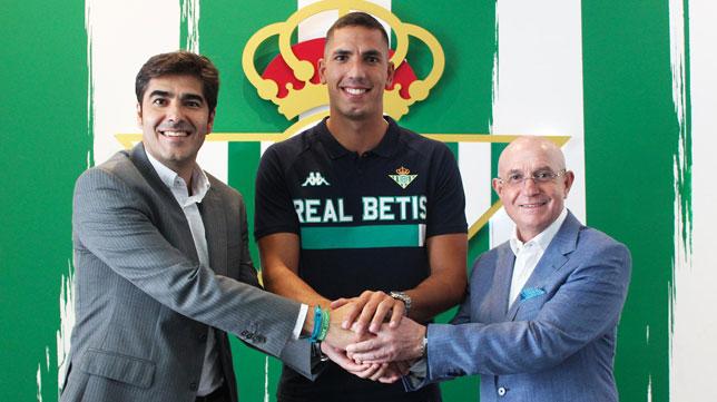Haro y Serra flanquean a Joel Robles (Foto: Real Betis).