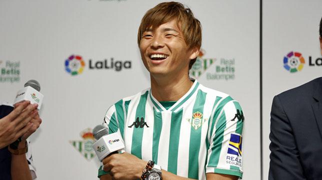 Inui, durante su presentación como nuevo jugador del Betis (foto: RBB)