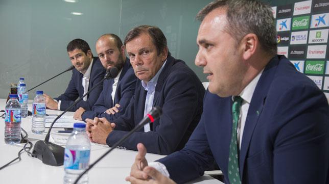 Moral, junto a Alarcón, Jiménez y Rodríguez (Foto: M. J. López Olmedo).