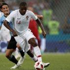 William Carvalho avanza ante Cavani en el Uruguay-Portugal del Mundial (Foto: AFP).