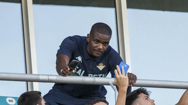 William Carvalho, en el palco del Estadio Algarve durante el amistoso Olympique de Marsella-Betis (Foto: Alberto Díaz)