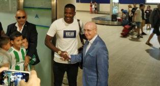 William Carvalho es recibido por Serra Ferrer en el aeropuerto de Sevilla (foto: Pablo Gomes)