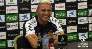 Joaquín, sonriente, durante la concentración del Betis