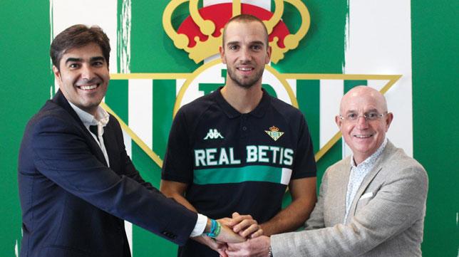 Pau López, flanqueado por Ángel Haro y Lorenzo Serra Ferrer (Foto: Real Betis).