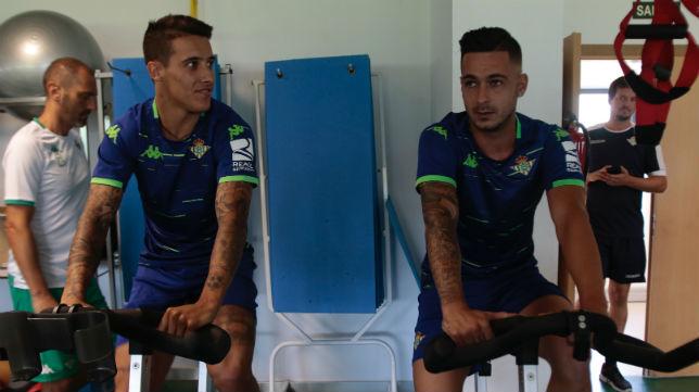 Tello y Sergio León, durante los reconocimientos médicos (Foto: Pepe Ortega)