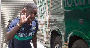 William Carvalho, en la salida del parking del estadio Benito Villamarín (foto: Vanessa Gómez)