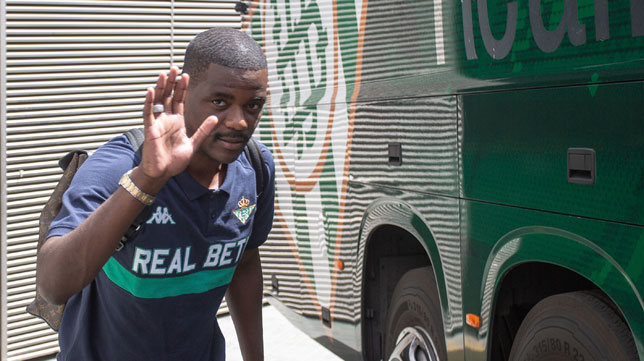 William Carvalho, en la salida del parking del estadio Benito Villamarín (foto: Vanessa Gómez)