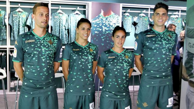 Canales, Bartra, Yolanda y Marta, en la presentación de la segunda equipación del Betis (foto: J. M. Serrano)