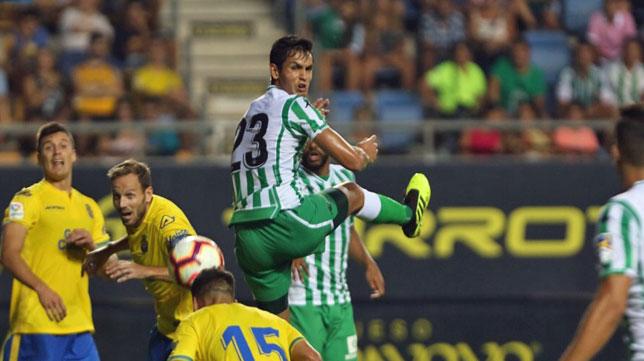 Mandi salta en el Betis-Las Palmas del Trofeo Carramza (foto: Antonio Vázquez)