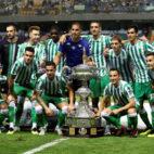 Los jugadores del Betis posan con el Trofeo Carranza (foto: EFE/Román Ríos)