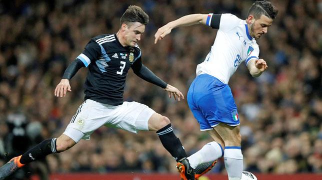 Tagliafico, a la izquierda, en un partido con Argentina (foto: Reuters)