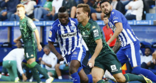 Canales conduce un balón ante el alavesista Wakaso (Foto: Jesús Andrade/ABC)