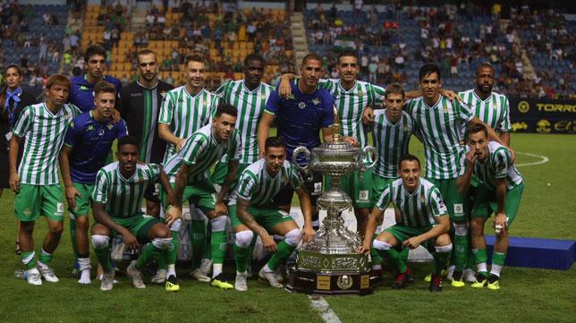 Los jugadores del Real Betis posan con el Trofeo Carranza (Foto: Antonio Vázquez).