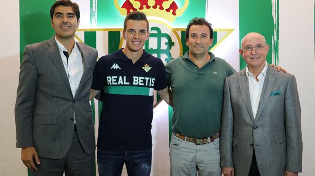 Lo Celso, flanqueado por Ángel Haro, José Miguel López Catalán y Lorenzo Serra Ferrer (Foto: Real Betis).