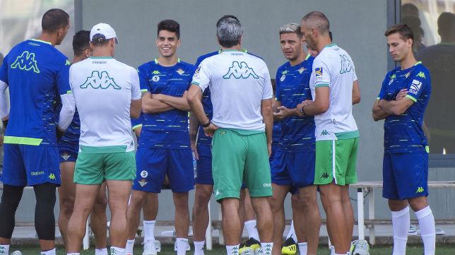Setién charla con varios de sus futbolistas en la ciudad deportiva Luis del Sol (Foto: J. J. Úbeda)