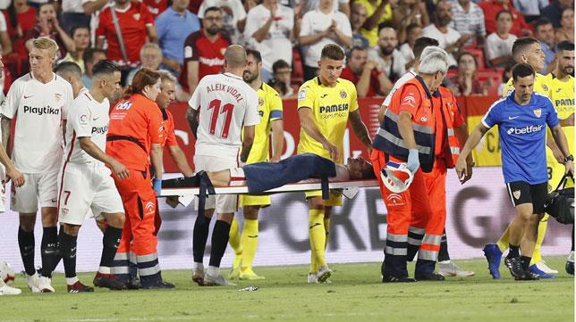 Escudero es retirado del campo en camilla durante el Sevilla-Villarreal (Foto: EFE).