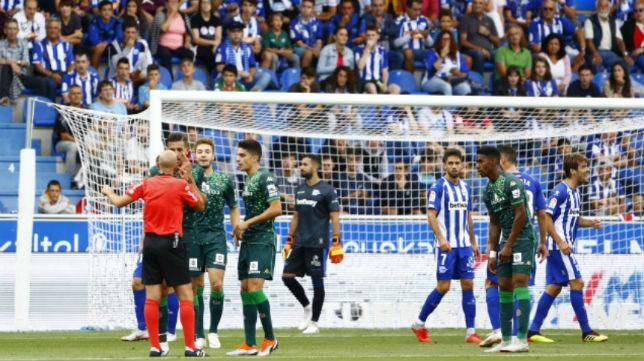 Feddal reclama a González Fuertes la mano de Laguardia tras un cabezazo suyo (Foto: LaLiga)