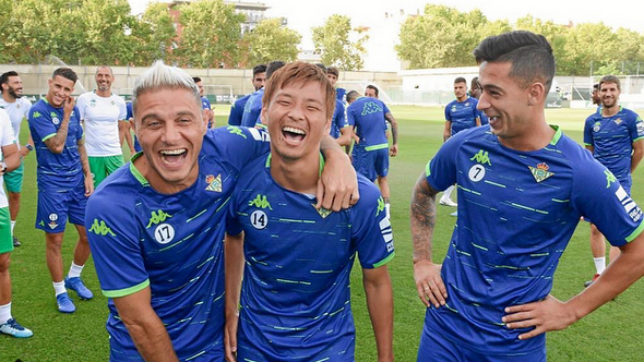 Inui, entre risas, junto a Joaquín y Sergio León (Instagram: @takashi.08)
