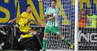 Javi García trata de frenar el remate de un rival ante el Frosinone (Foto: Frosinone Calcio).