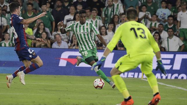 Junior busca un centro en el partido ante el Levante (Foto: Raúl Doblado).