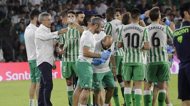 Los jugadores béticos, durante uno de los minutos de refresco (Foto: Raúl Doblado).