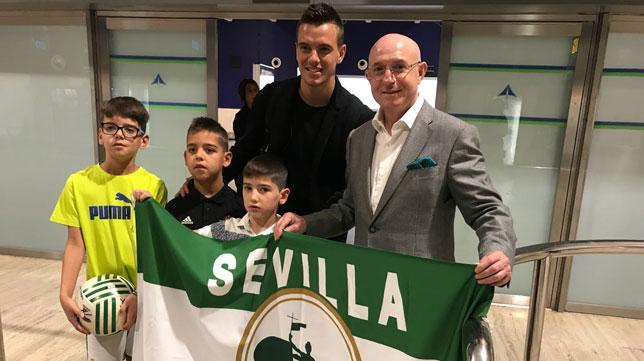 Lo Celso posa con Serra Ferrer a su llegada a Sevilla para firmar con el Betis (M. González)