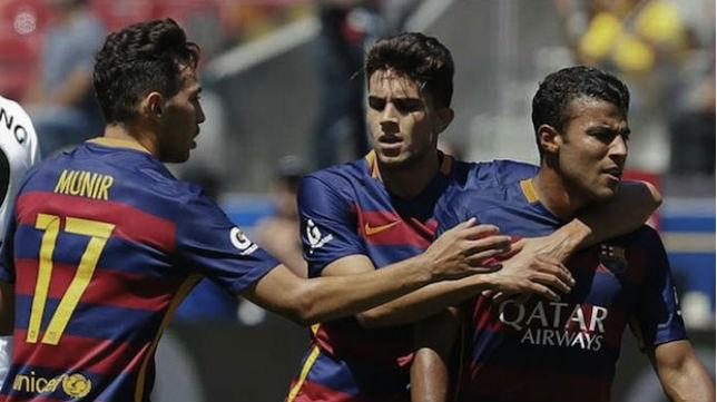 Bartra abraza a Rafinha en presencia de Munir en un partido con el Barcelona