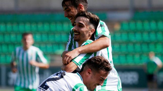 Rober celebra uno de sus goles al Conil en la primera jornada del Grupo X de Tercera (Foto: @RBetisCantera)
