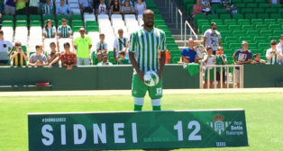 Sidnei posa en su presentación como jugador del Betis