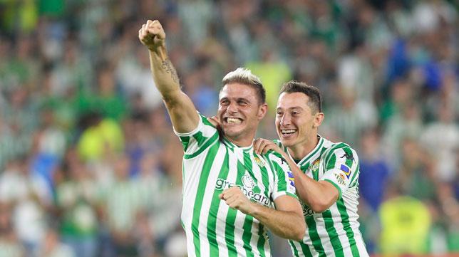 Joaquín y Guardado celebran el triunfo del Betis en el derbi (Foto: AFP).