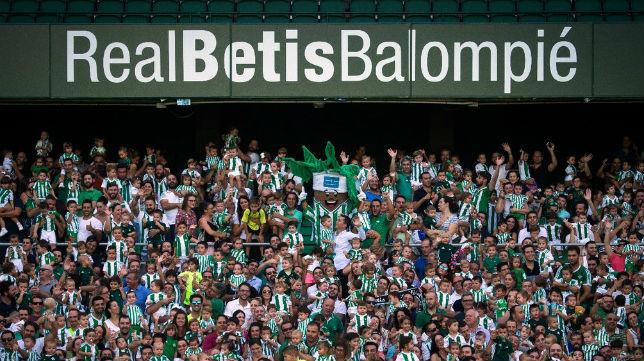 Aficionados posan en una de la grada del Benito Villamarín con motivo de la 'Semana del Niño Bético' (Foto: Real Betis)