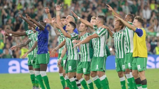 Los jugadores verdiblancos celebran su victoria en el Betis-Sevilla (AFP)
