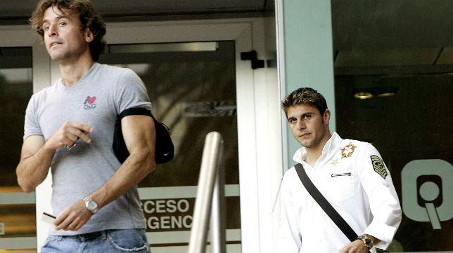 Carboni acompaña a Joaquín tras las pruebas médicas previas al fichaje por el Valencia en 2006 (Foto: ABC)