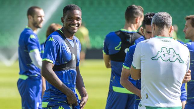 William Carvalho sonríe durante la sesión de ayer en el Benito Villamarín (Foto: Juan José Úbeda).