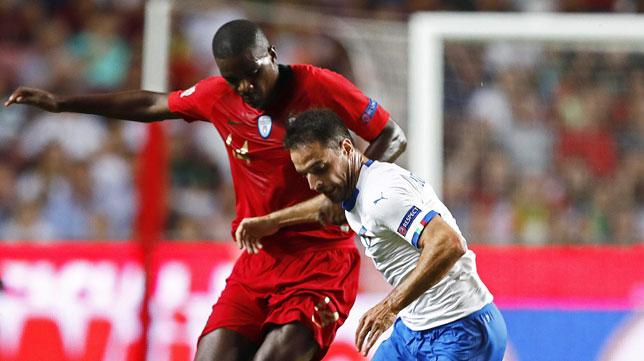 William Carvalho pelea un balón con Bonaventura en el Portugal-Italia de la Liga de las Naciones (Foto: EFE)