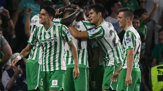 Los jugadores del Betis celebran el gol anotado por Loren ante el Leganés (Foto: J. J. Úbeda)