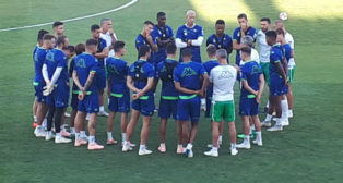 Charla de Setién a sus futbolistas al inicio de un entrenamiento (Foto: R. R.)