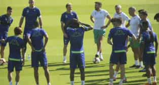 Charla de Setién a sus futbolistas en el inicio de un entrenamiento (Foto: Rocío Ruz)