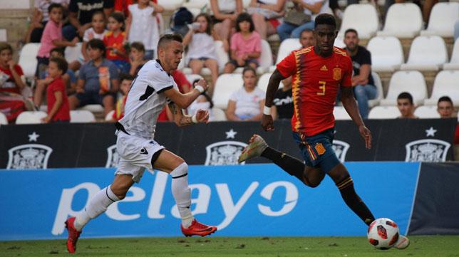 Junior se escapa de un jugador de Albania