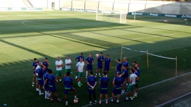 Los jugadores del Betis rodean a Quique Setién (J. A.)