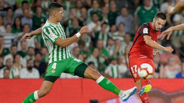 Feddal bloquea u tiro de Sarabia en el Betis-Sevilla (AFP)