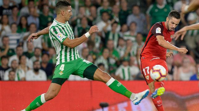 Feddal y Sarabia, en el derbi Betis-Sevilla (EFE)