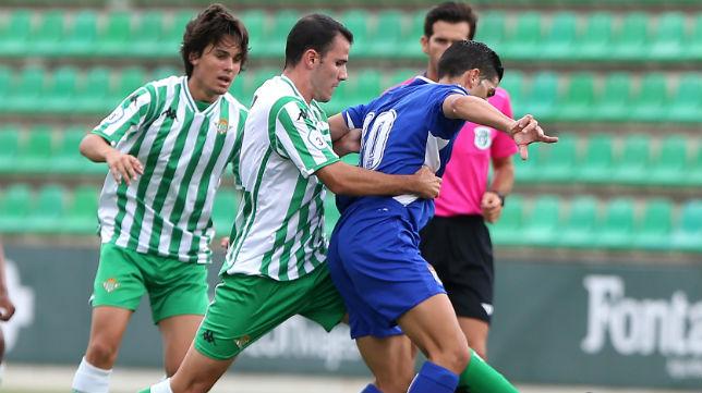 Jaime y Rodrigo disputan un balón con un rival en el Betis Deportivo-Xerez CD (Foto: J. J. Úbeda)
